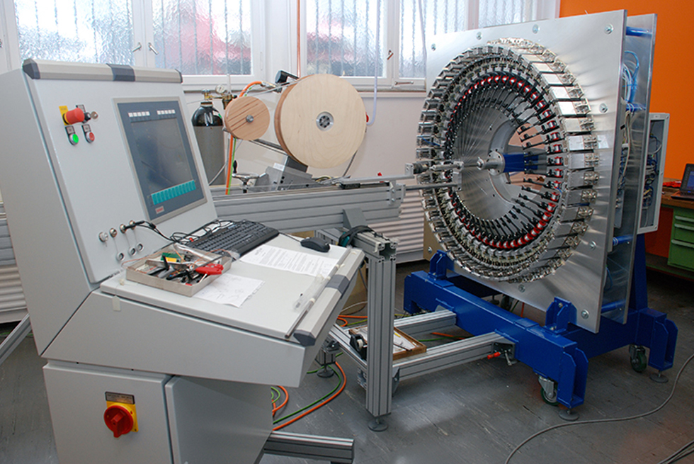 Control system of the flexible mesh tubing machine with its own programming method