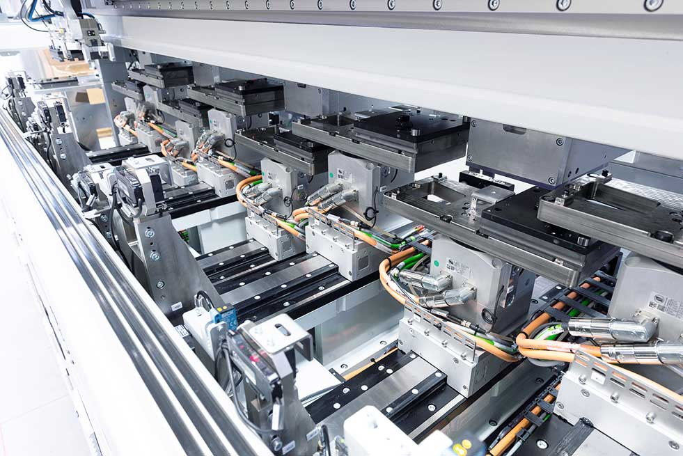 eight processing stations, comprising HN200 linear motor axes and ST140 rotating unit, deliver the requisite placement frequency of 600 springs per minute.